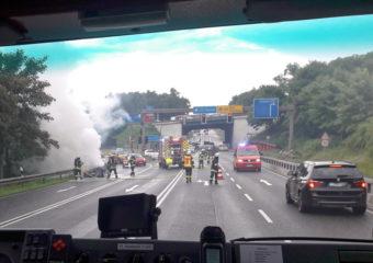 Dachstuhlbrand und ein brennender PKW