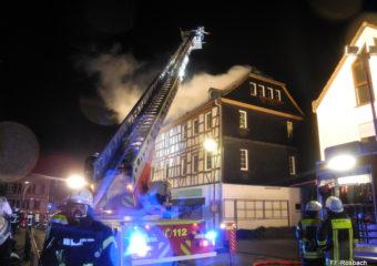 Nieder-Wöllstadt: Dachstuhl in Flammen