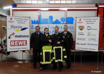 Neue Einsatzjacken für die Feuerwehr Rosbach überreicht