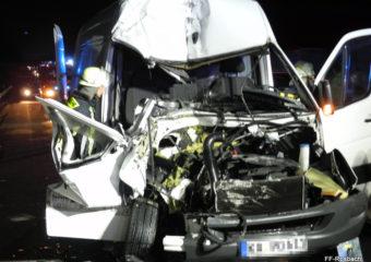 Kleintransporter knallt in Heck von LKW – Beifahrer massiv eingeklemmt
